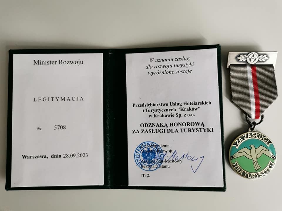 """Medal """"Za zasługi dla polskiej turystyki""""."""